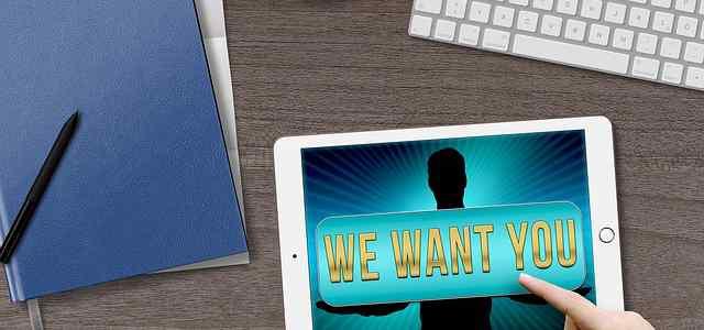 iPadの画面に「WE WANT YOU」の文字