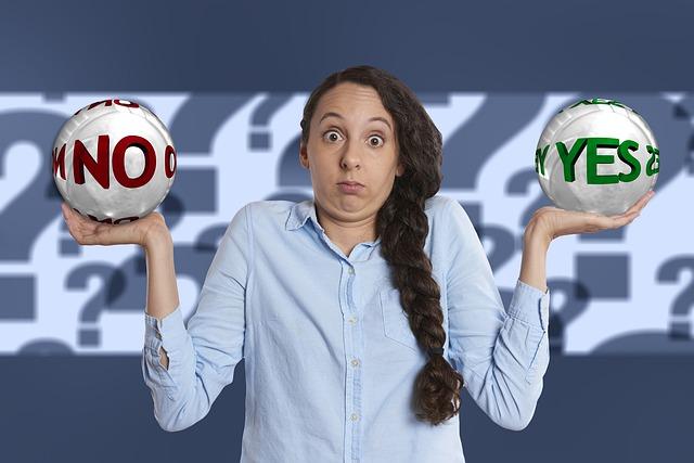 左手にYES、右手にNOのボールを持った女性