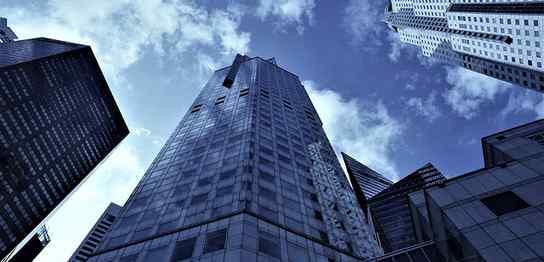 下から見上げた高層ビル群