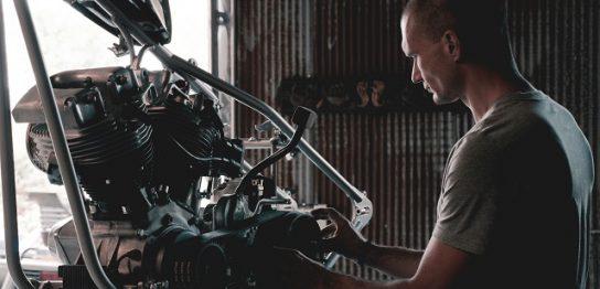 エンジンを作っているエンジニア