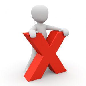赤いXという文字を持って立つ白い人形