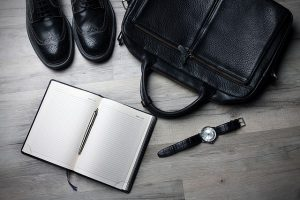 黒の革靴、カバン、手帳、腕時計