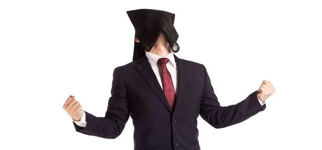 スーツ姿の黒子