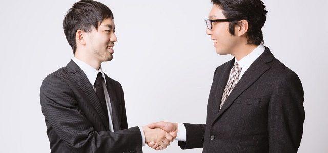 握手をするスーツ姿の男性2人