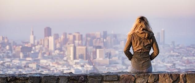街を見下ろす女性