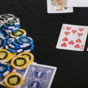 カードゲーム中の卓上に並ぶトランプと大量のチップ