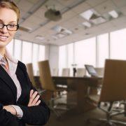 会議室で腕を組む女性