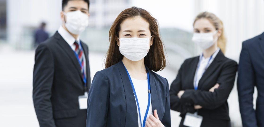 マスクをしたスーツ女性2人と男性1人