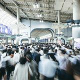 通勤ラッシュで混雑する品川駅の風景