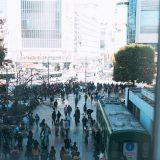 渋谷スクランブル交差点前の密な人混み