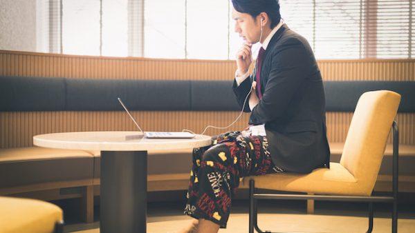 リモート会議で上半身スーツ、下半身パジャマの男性